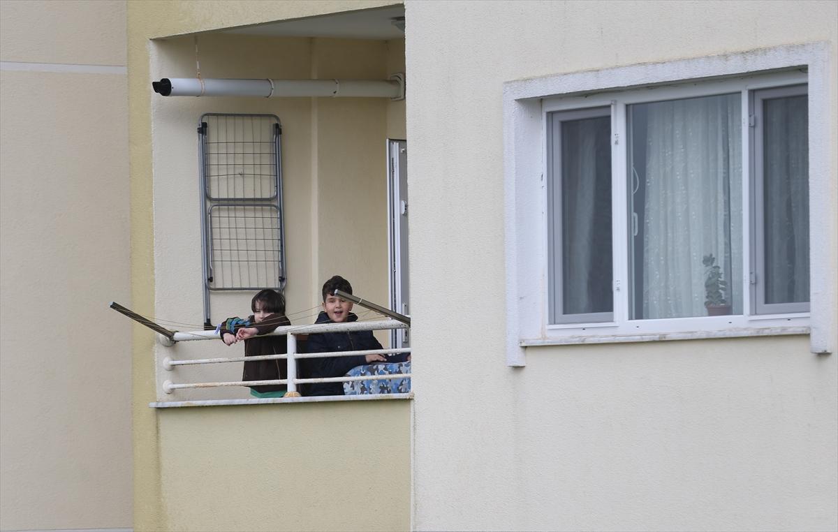 Sakarya'da sokağa çıkamayan çocuklar balkondan balkona isim şehir oynuyor