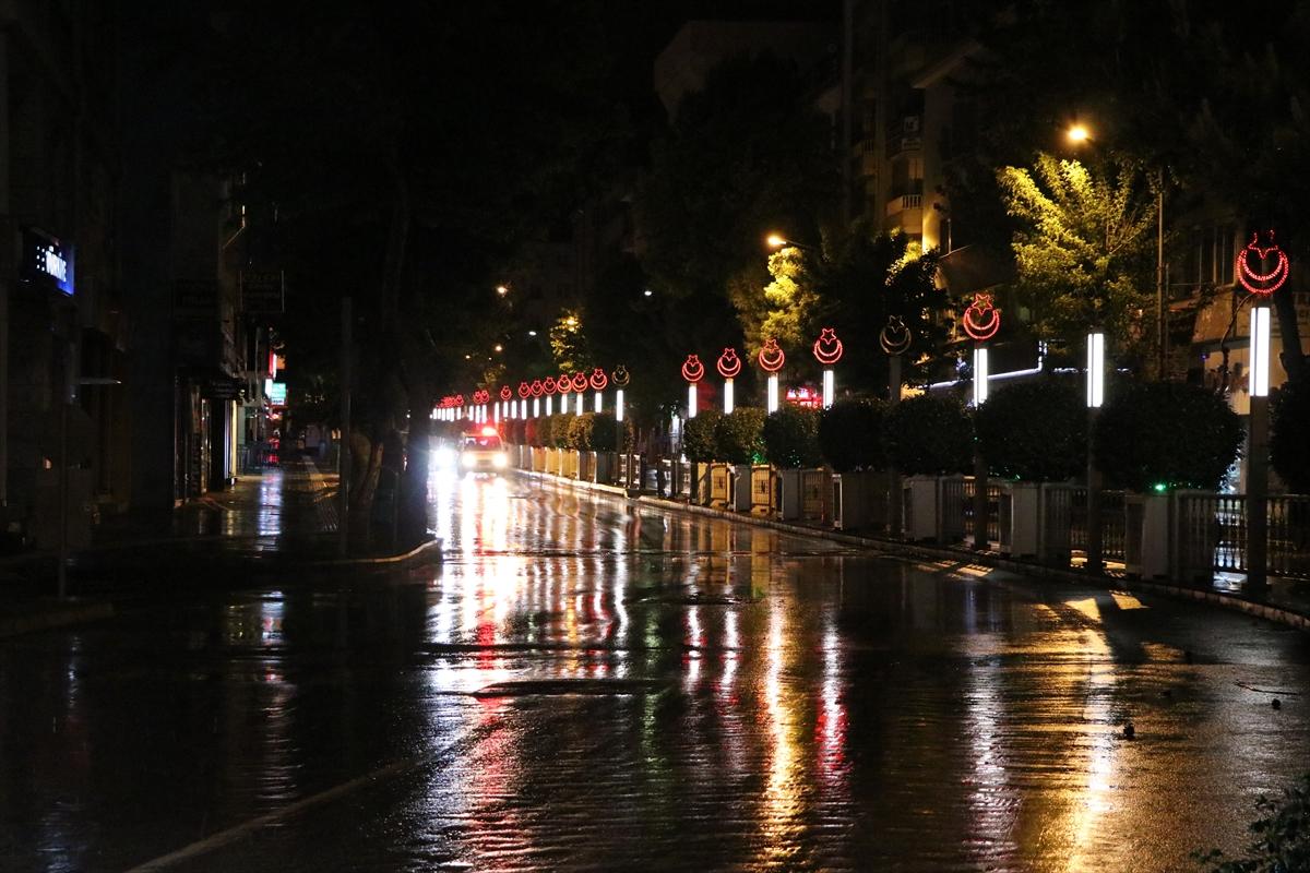İzmir'de sokağa çıkma kısıtlamasının ilk saatlerinde uygulama yapıldı