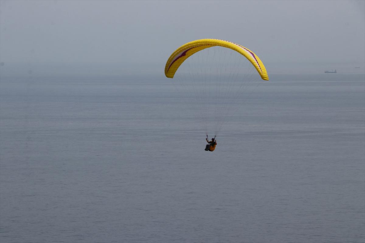 Yamaç paraşütleriyle gökyüzünde Türk bayrakları açtılar