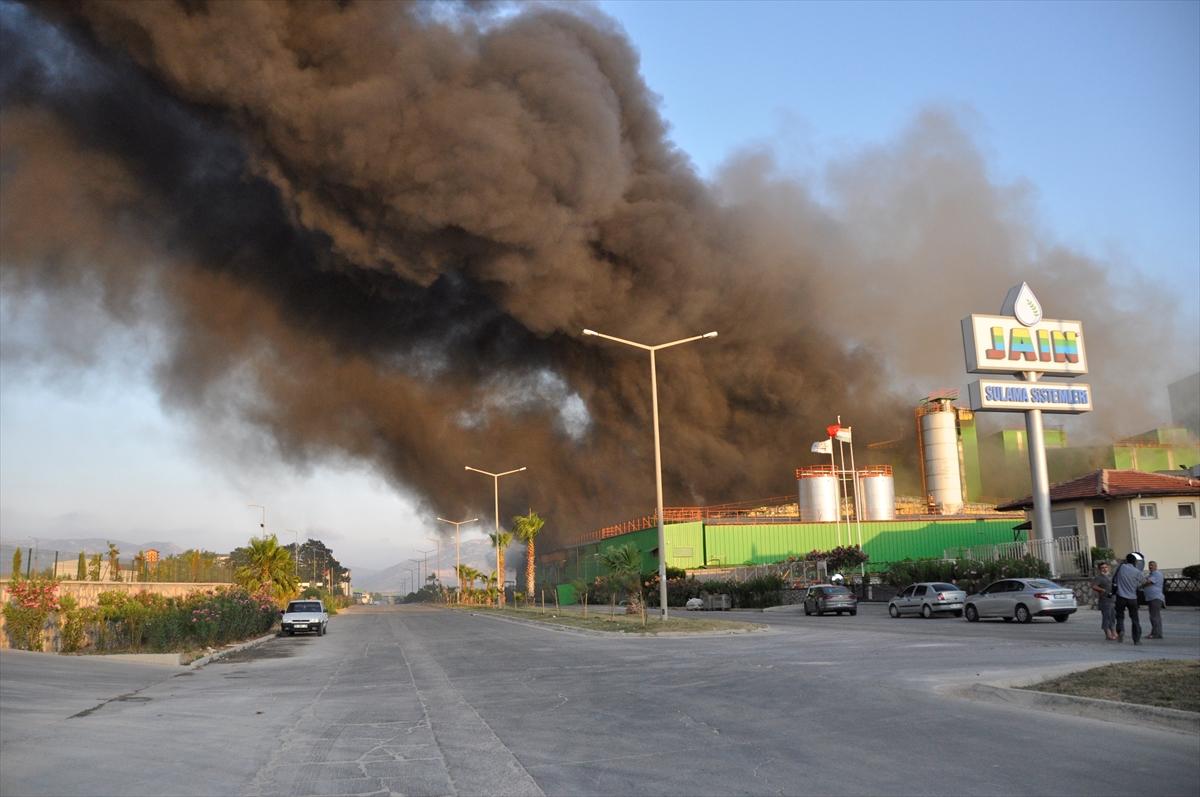 Adana'da nişasta fabrikasında çıkan yangına müdahale ediliyor