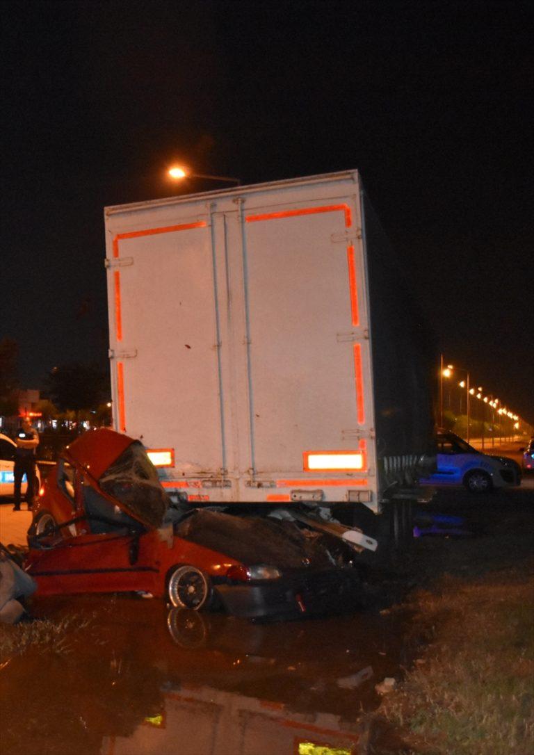 Adana'da otomobil tır dorsesine çarptı: 2 ölü