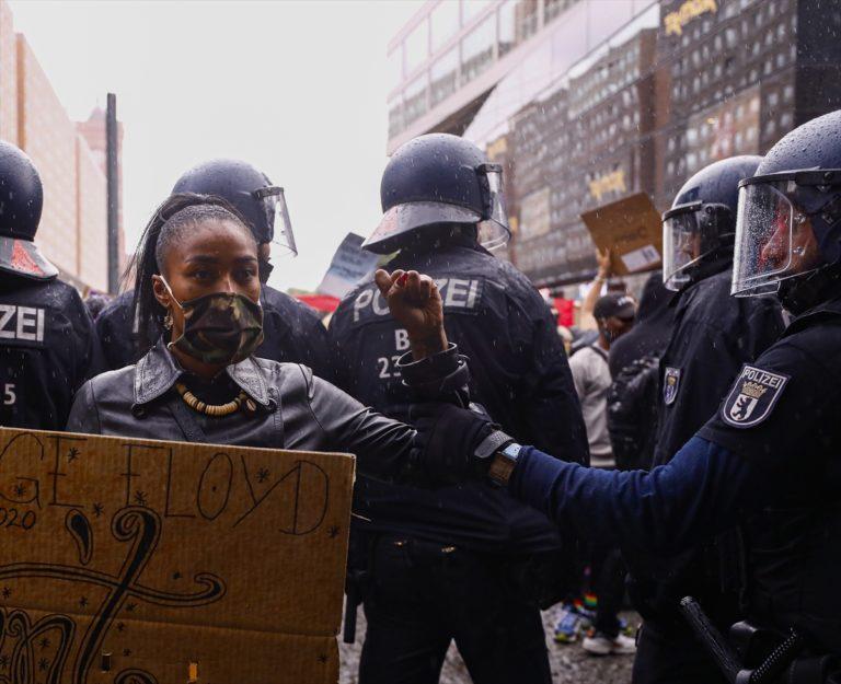 """Almanya'da George Floyd gösterileri sonrasında alandan ayrılmayan göstericilere """"polis müdahalesi"""""""