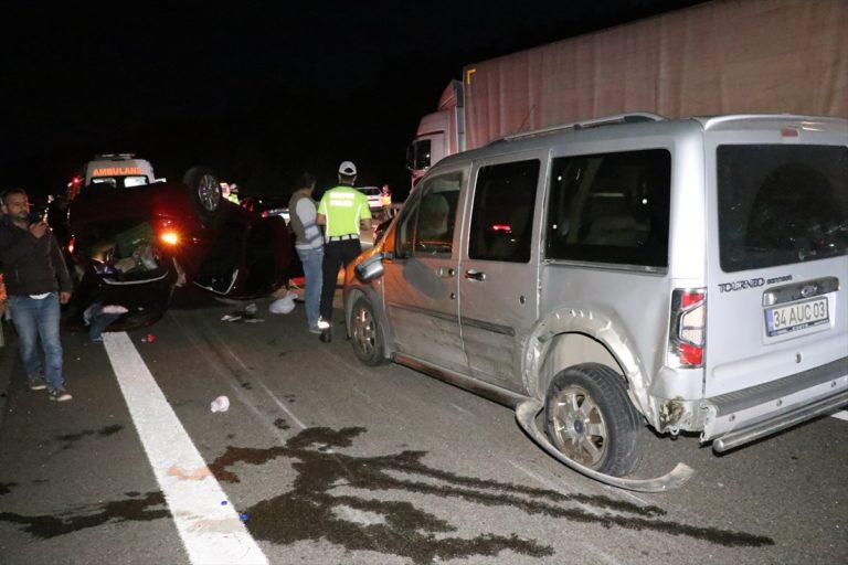 Bariyerlere ve önündeki araca çarpan otomobil takla attı: 5 yaralı
