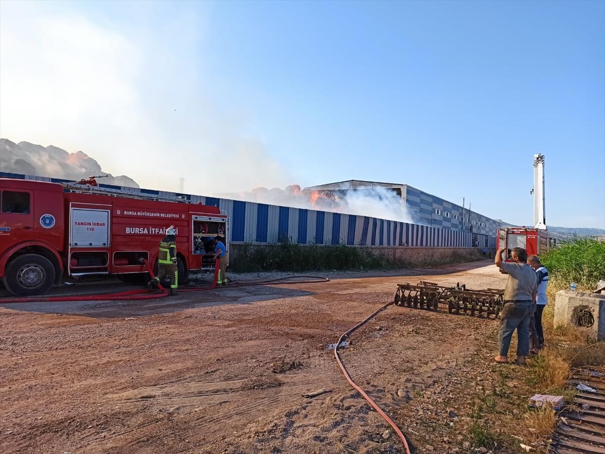 GÜNCELLEME – Bursa'da karton fabrikasında çıkan yangın kontrol altına alındı
