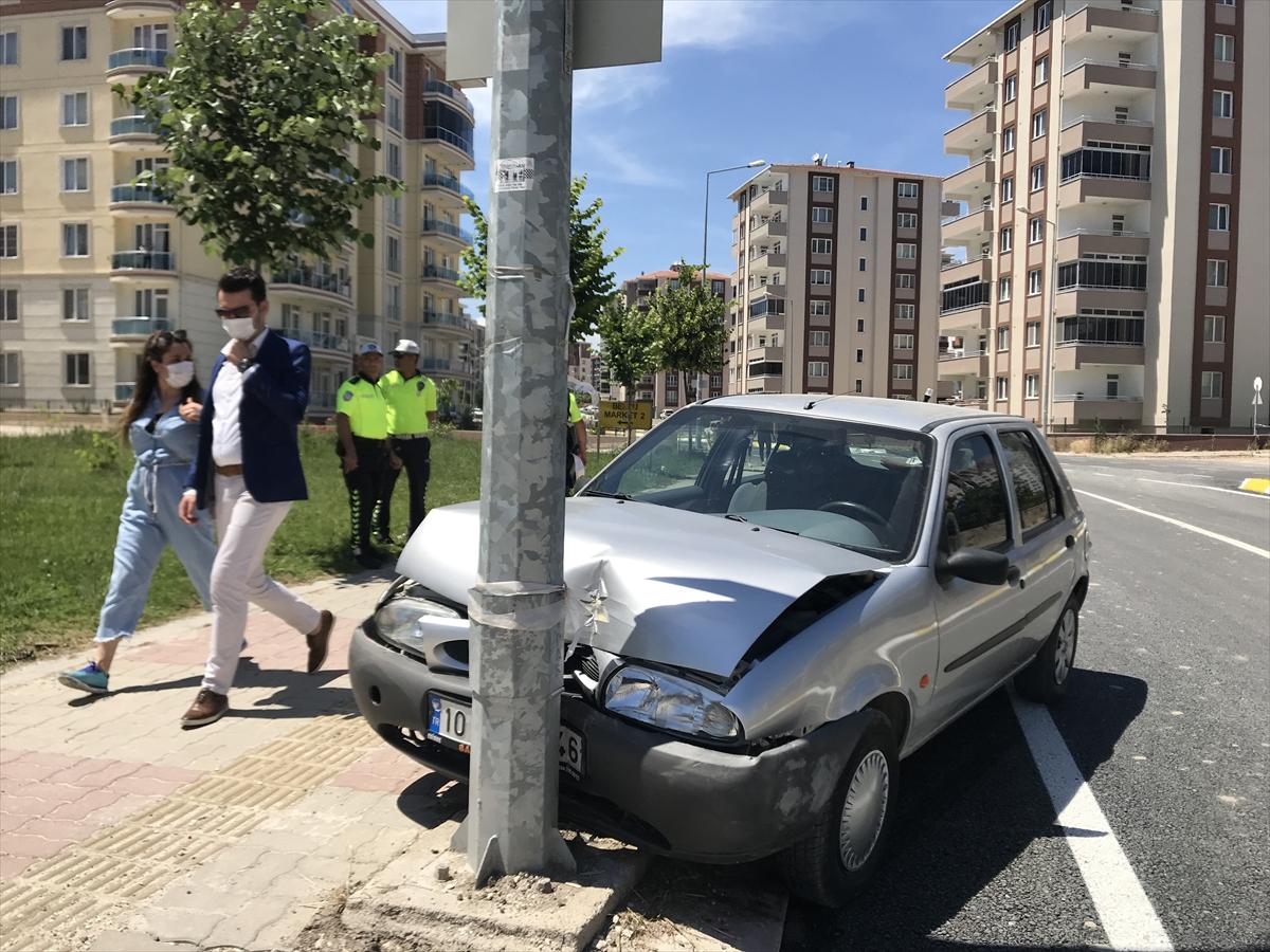 Kısıtlamaya rağmen dışarı çıkan 90 yaşındaki sürücü aracıyla kaza yaptı