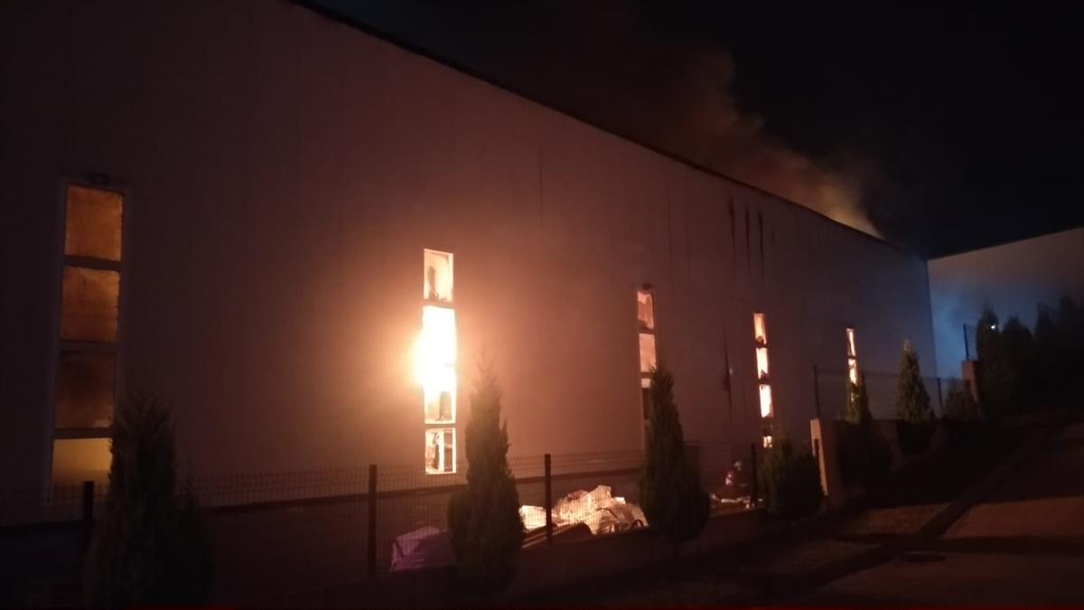 Kocaeli'de spor malzemesi üretilen fabrikada çıkan yangın söndürüldü