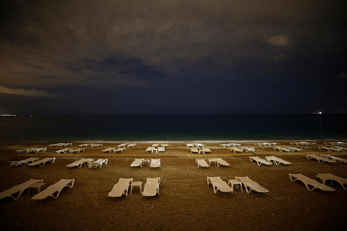 Konyaaltı Sahili kısıtlamanın ardından gece vakti ilk konuklarını ağırladı