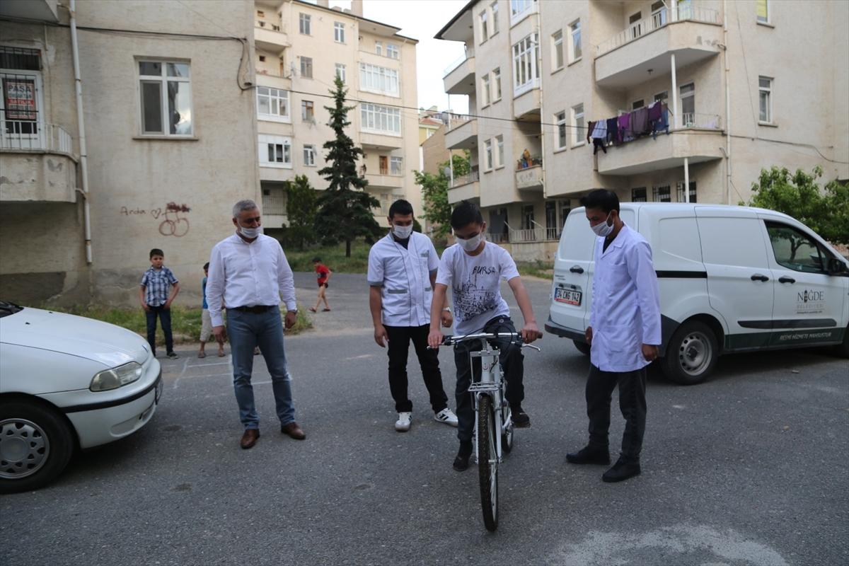 Niğde Belediye Başkanı hastaneden bayramını kutlayan çocuğa bisiklet hediye etti