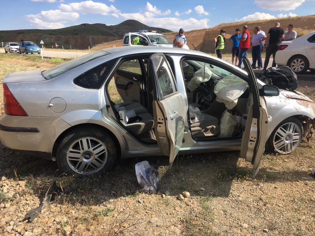 Sivas'ta otomobil devrildi: 1'i polis 4 yaralı