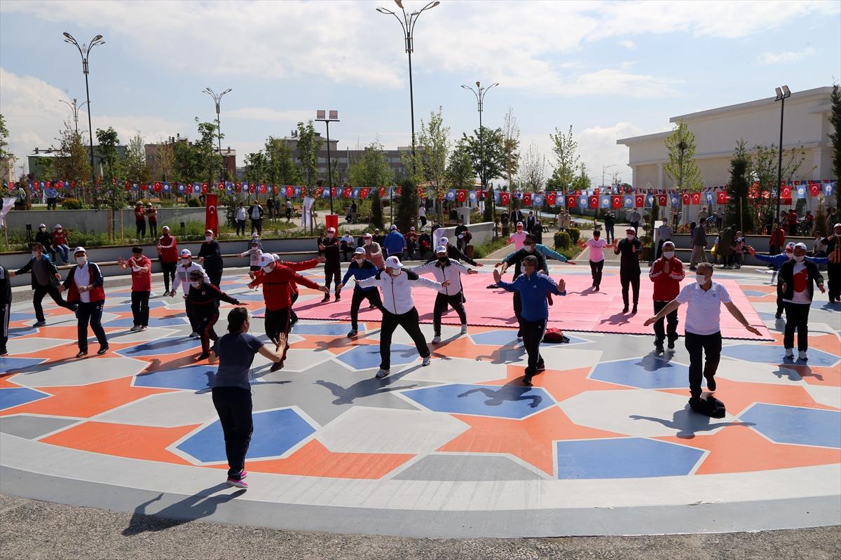 Sivas'ta protokol üyeleri millet bahçesinde spor yaptı
