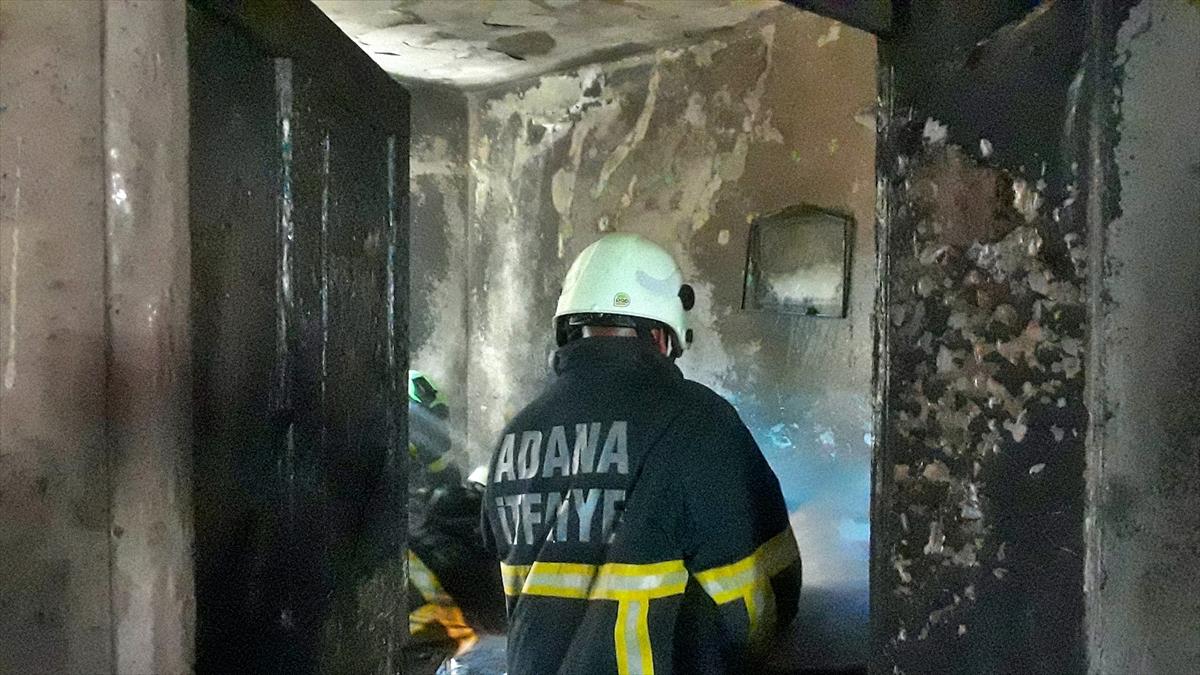 Adana'da klima ünitesindeki patlama nedeniyle yangın çıkan ev ...