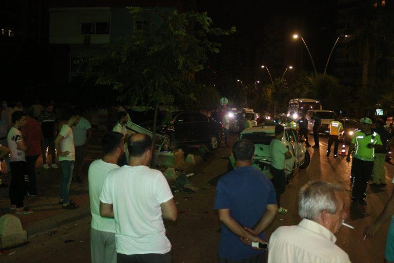 Adana'da otomobil trafik ışıklarında bekleyen araçlara çarptı: 2 yaralı