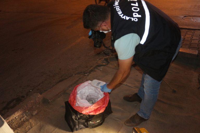 Adana'da polisten kaçan sürücünün yola attığı poşetten uyuşturucu çıktı