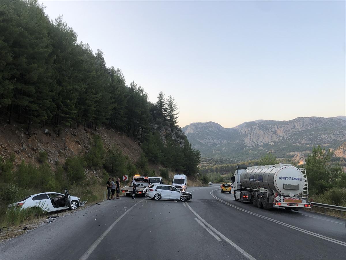 Antalya'da 2 otomobil çarpıştı: 3 yaralı