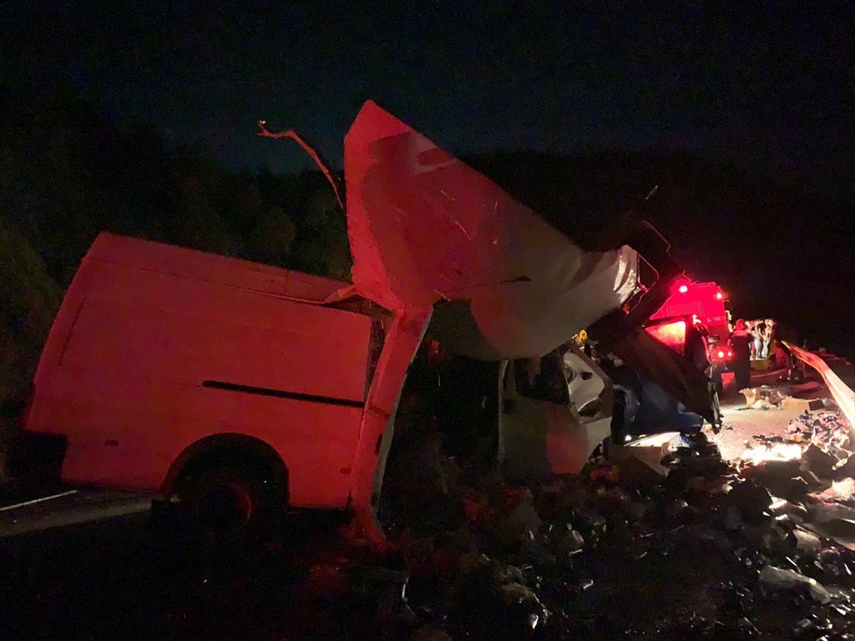 Antalya'da ticari araçla kamyonet çarpıştı: 2 ölü, 4 yaralı