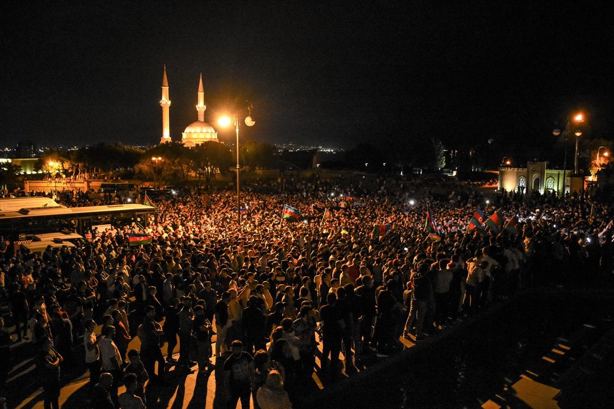 Azerbaycan'da halk seferberlik talebiyle Milli Meclisin önünde toplandı