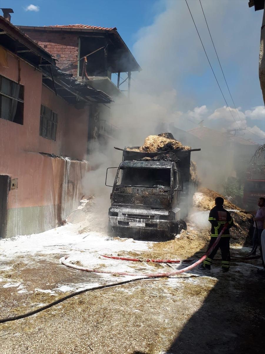 Burdur'da elektrik tellerine temas eden saman yüklü kamyon yandı