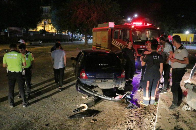 Elazığ'da park halindeki araca çarpan otomobil alev aldı: 3 yaralı