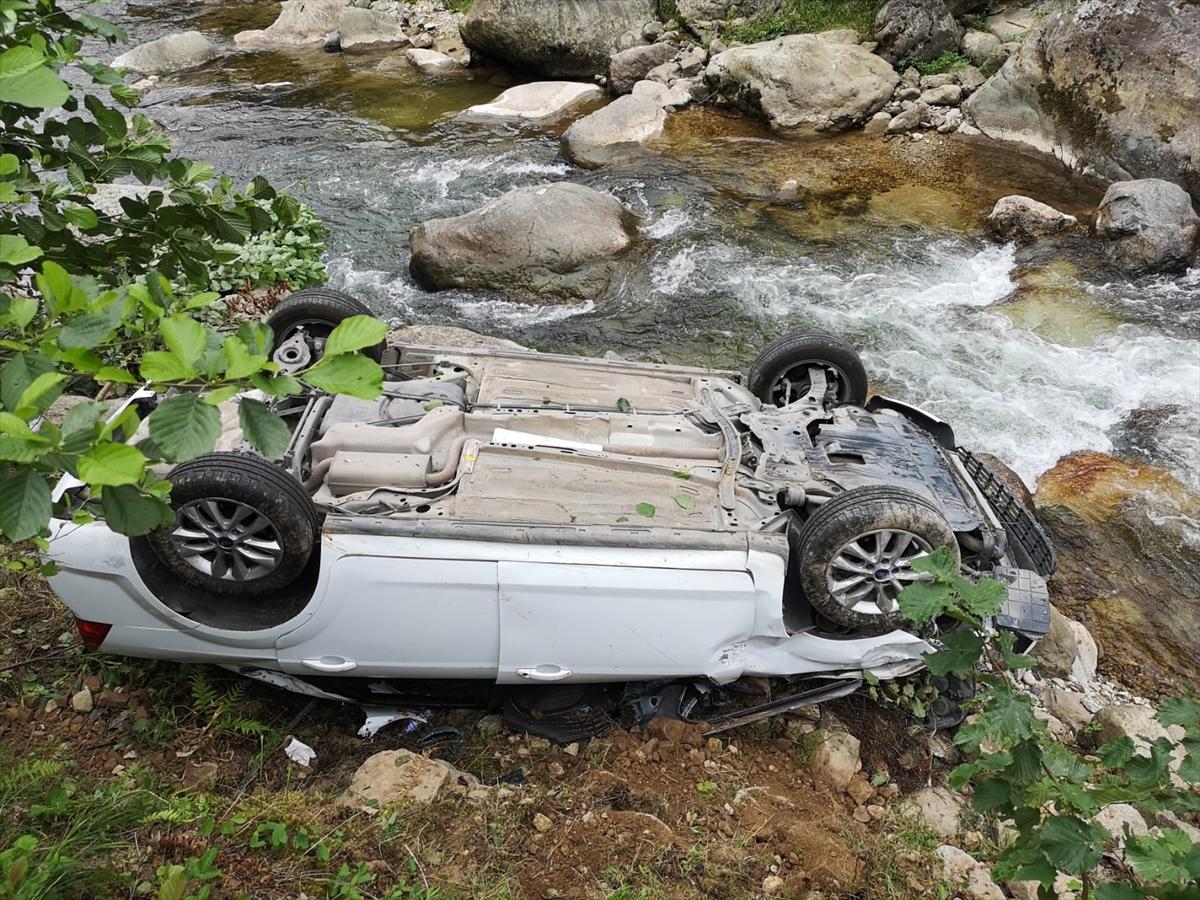 Giresun'da otomobil dereye yuvarlandı: 4 yaralı