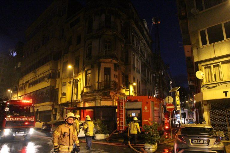 İstanbul'da tarihi ahşap binada yangın
