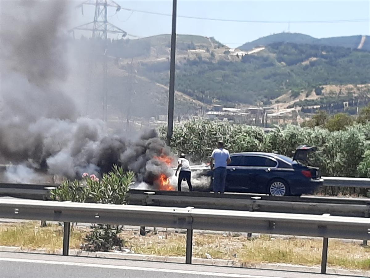 İzmir'de hareket halindeki otomobil yandı