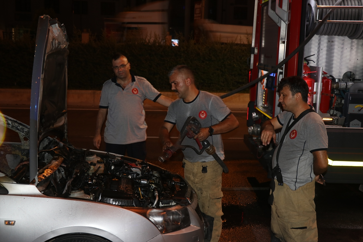 İzmir'de yanan otomobili yol kenarına bırakan sürücü olay yerini terk etti