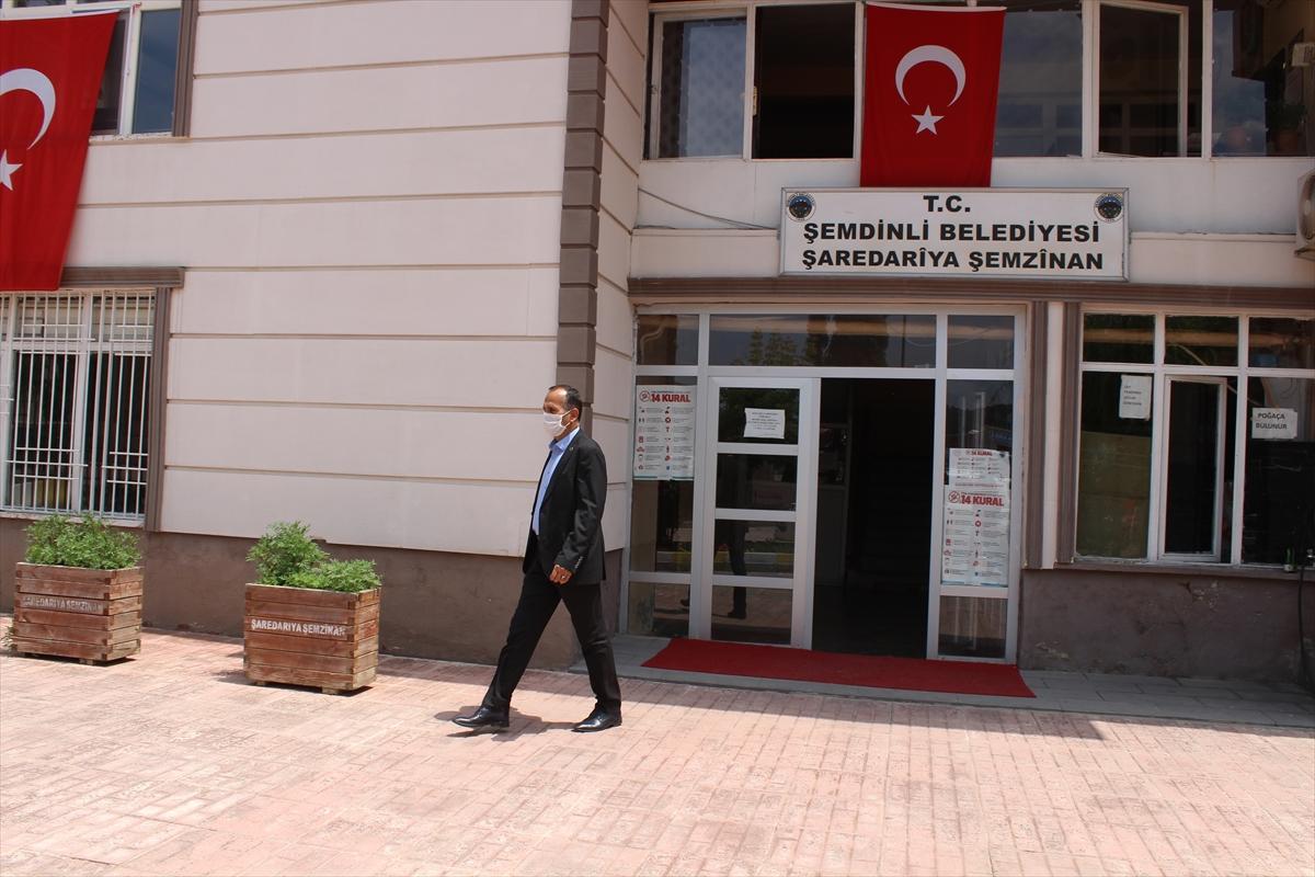 """KOVİD-19 HASTALARI YAŞADIKLARINI ANLATIYOR – Koronavirüsü yenen belediye başkanı ilçe sakinlerini """"bilinçlendirme mesaisi""""nde"""