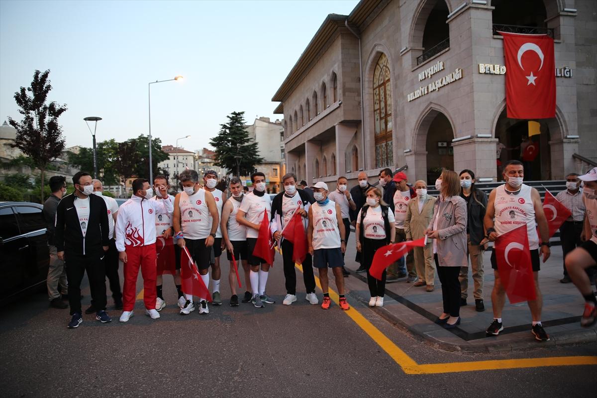 Nevşehir'den bir grup sporcu, Ömer Halisdemir'in Niğde'deki kabrine koşuyor