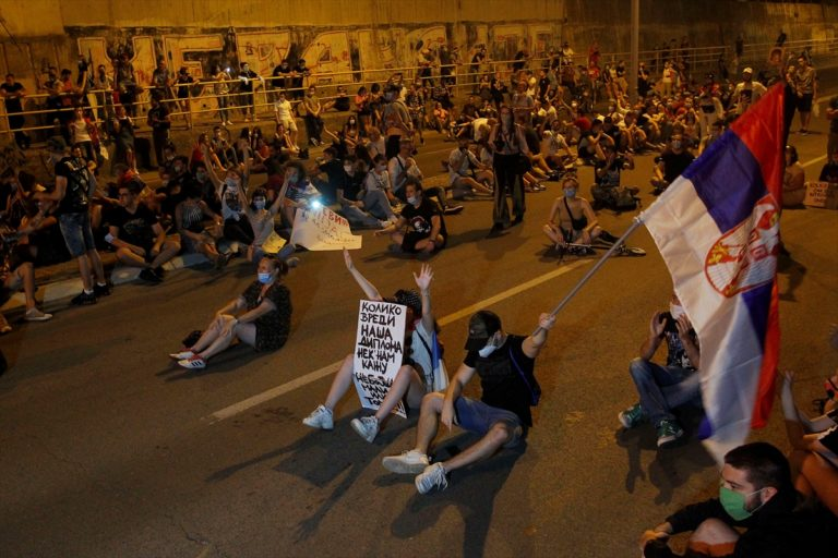 Sırbistan geneline yayılan hükümet karşıtı protestolar sürüyor