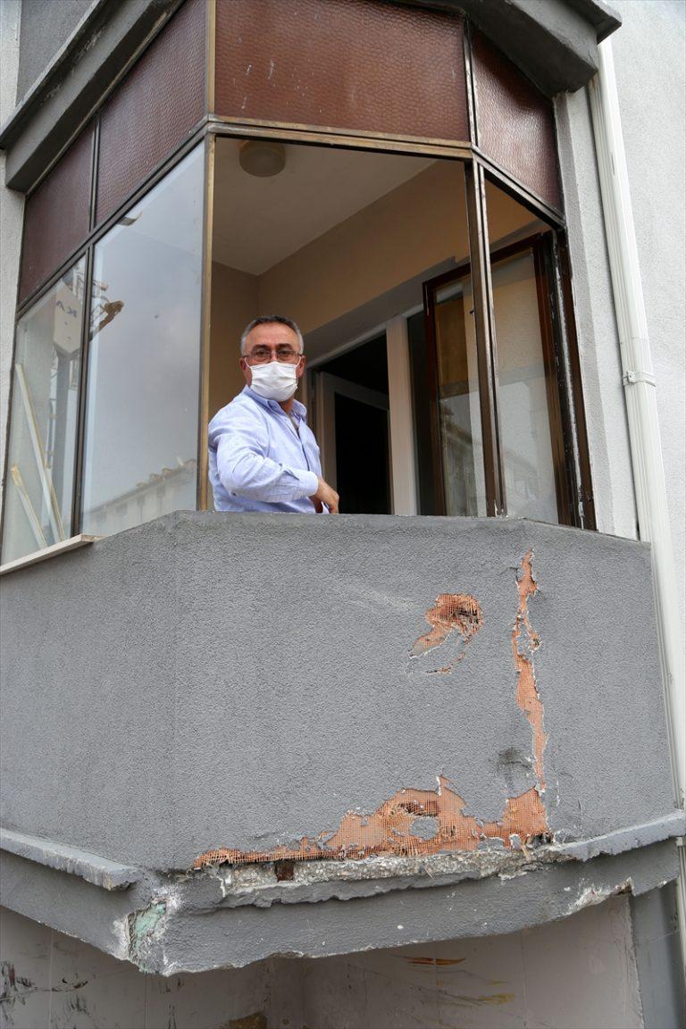 Sivas'ta bir baba, oğlunun trafik kazasında yaralandığı caddeyi ulaşıma kapattı