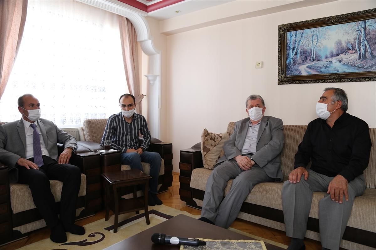 Sivas'ta kardeşinin iliğiyle hayata tutunan öğrenciye diplomasını rektör evinde verdi