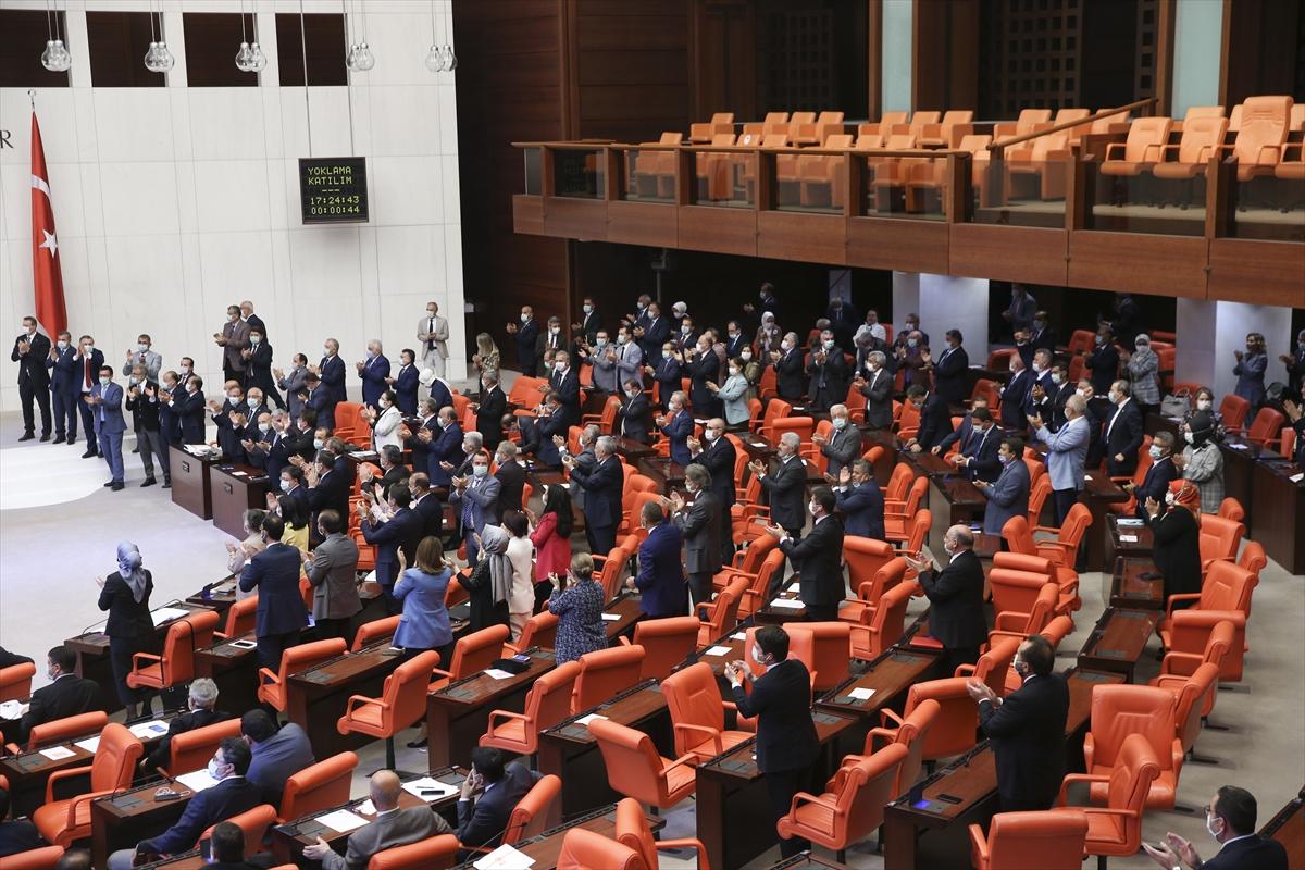 Ayasofya'nın Diyanet İşleri Başkanlığına devredilerek ibadete açılmasına ilişkin Cumhurbaşkanı kararı TBMM Genel Kurulunda okundu. Milletvekilleri kararı ayakta alkışladı.