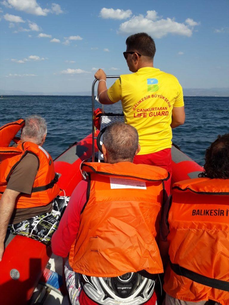 Balıkesir'de batma tehlikesi geçiren teknedeki 4 kişiyi itfaiye ekibi kurtardı