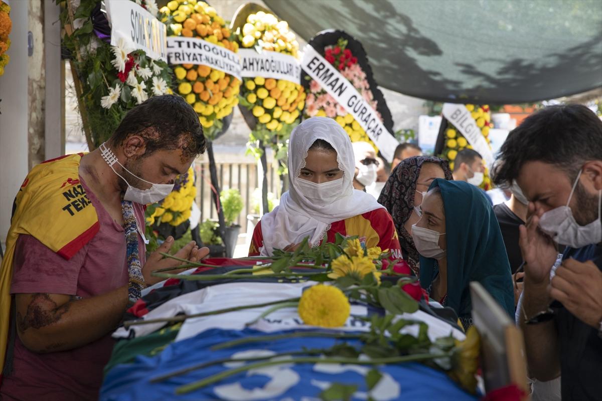 İzmir'deki trafik kazasında hayatını kaybeden futbolcu toprağa verildi