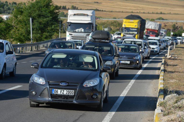 Karadeniz illerini İstanbul'a bağlayan D-100'de yoğunluk yaşanıyor