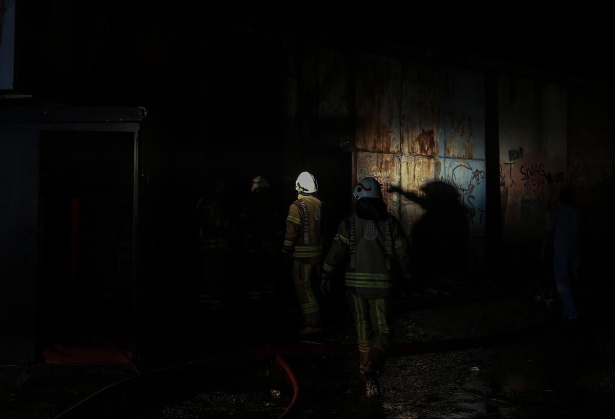 Kartal'daki depo yangını itfaiye ekiplerince söndürüldü