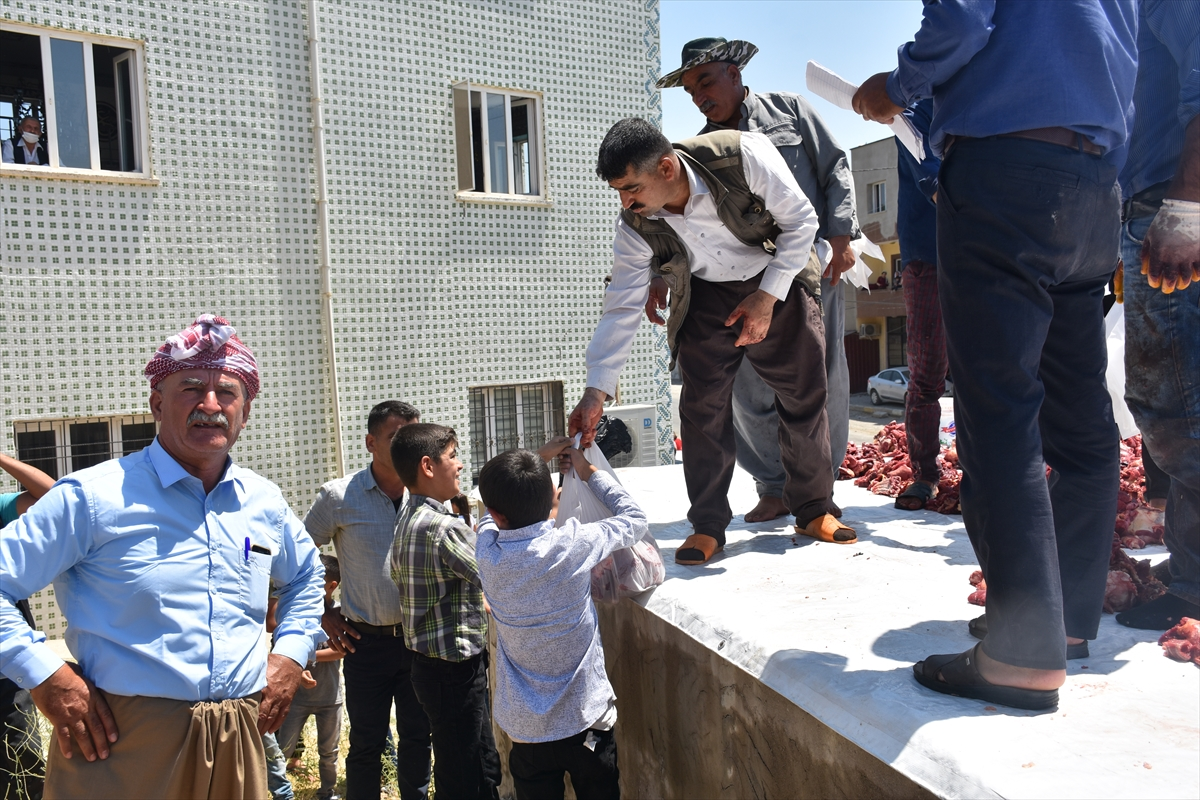 Köyde kestikleri kurbanlıkların etini her aileye eşit şekilde dağıtıyorlar