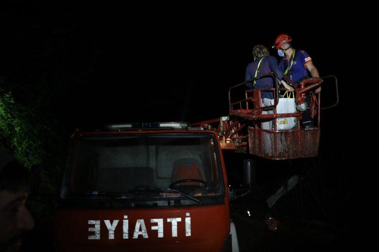 Rize'de evlerinde mahsur kalan aile kurtarıldı