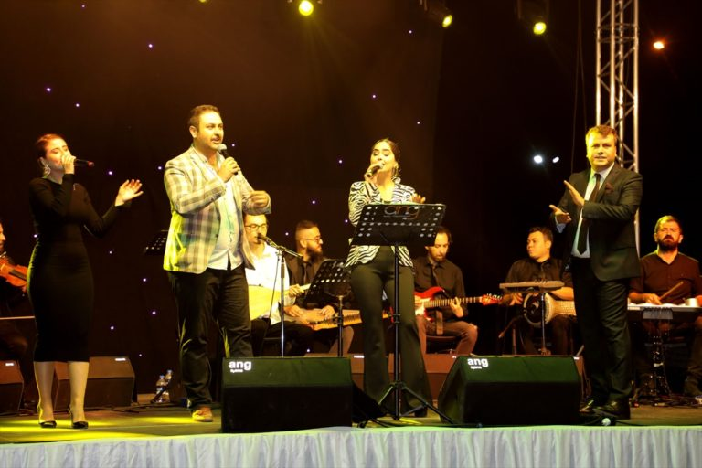 Afyonkarahisar'da ilk kez gerçekleştirilen arabada konser etkinliğine ilgi