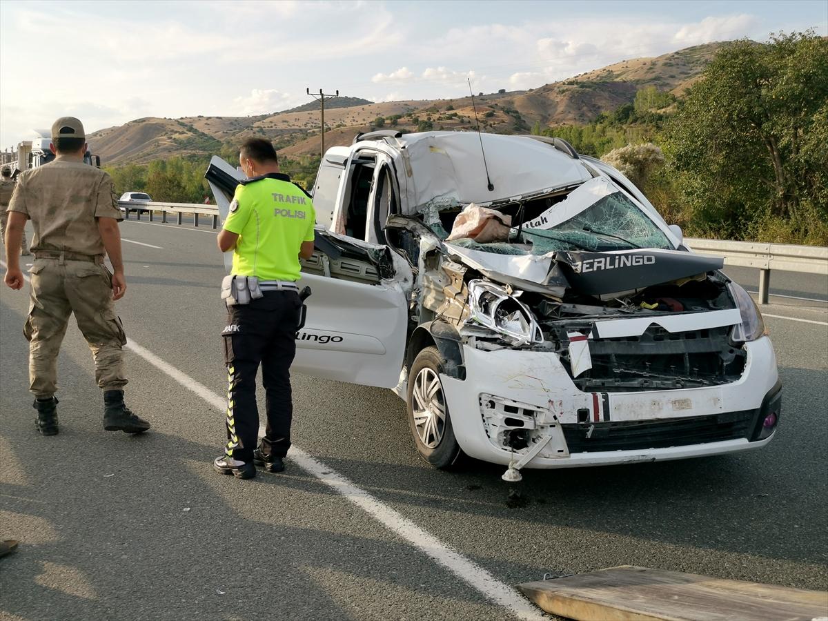 Erzincan'da hafif ticari araç tıra çarptı: 7 yaralı