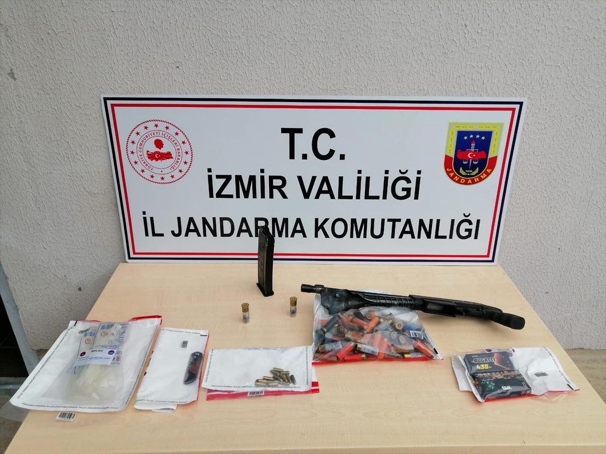 İzmir'de emekli öğretmeni öldürdüğü iddiasıyla 2 kişi gözaltına alındı