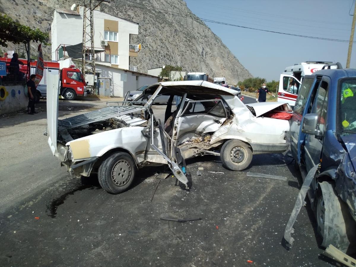 Manisa'da hafif ticari araçla otomobil çarpıştı: 1 ölü, 3 yaralı