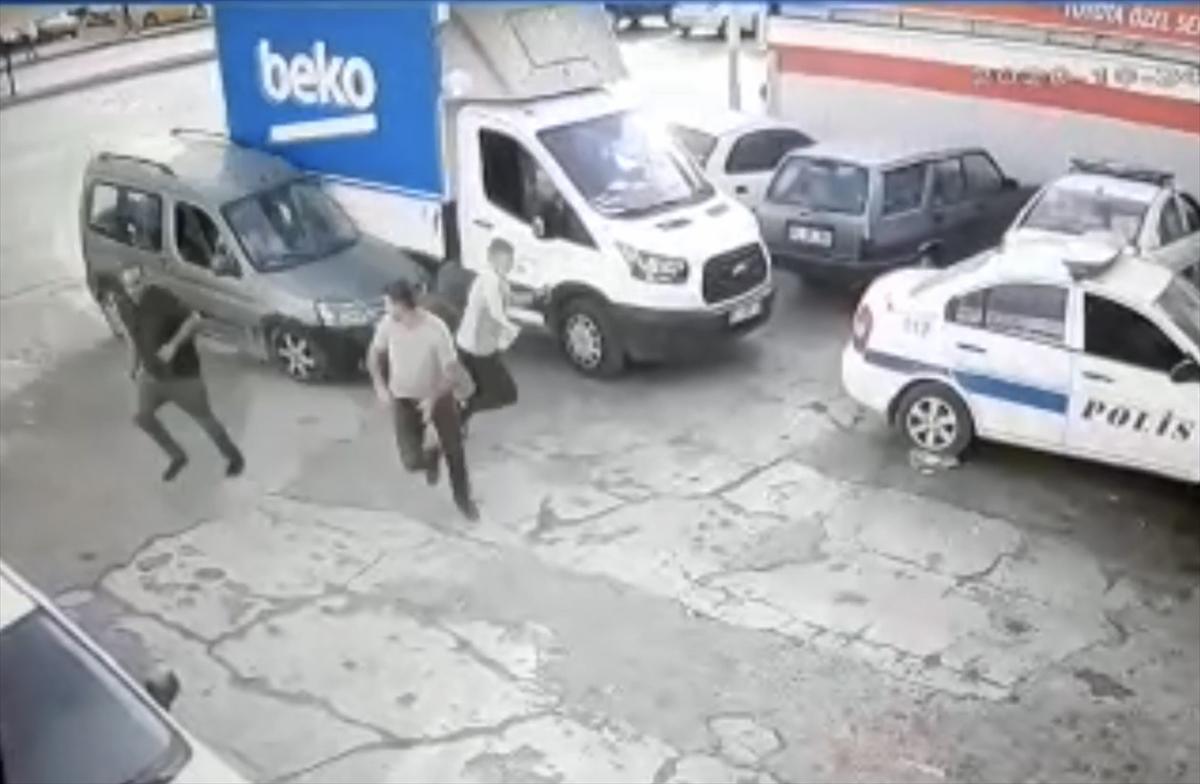 Adana'da 3 kişinin aracın altında kalmaktan son anda kurtulması kameraya yansıdı
