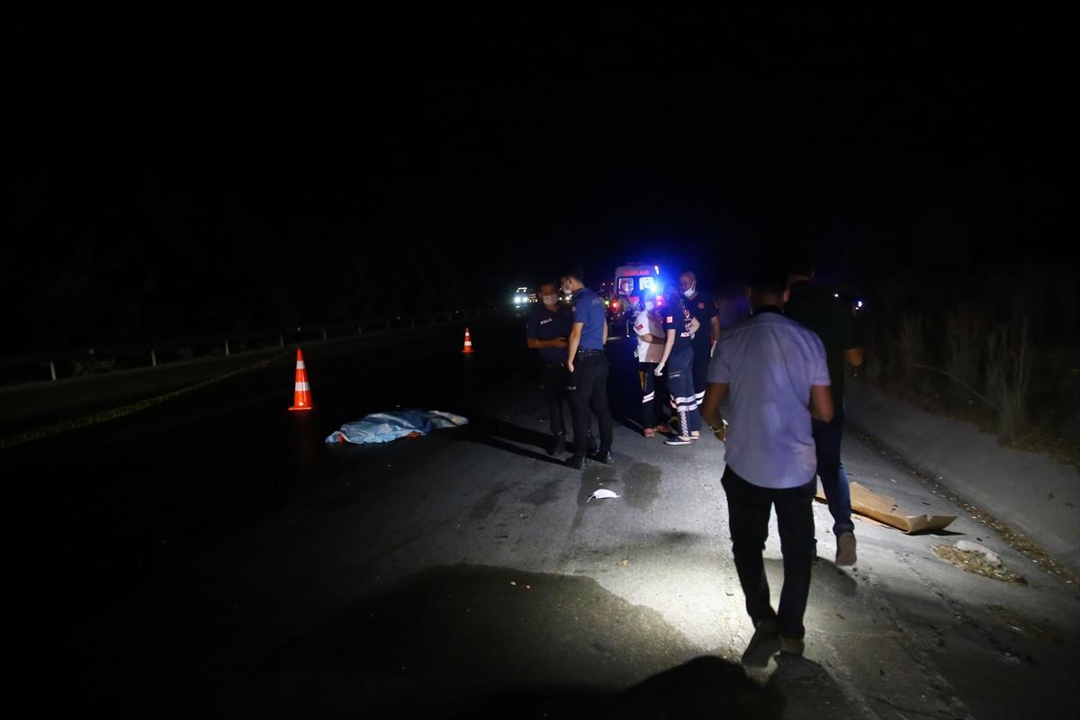 Adana'da otoyolda bir aracın çarptığı yaya yaşamını yitirdi