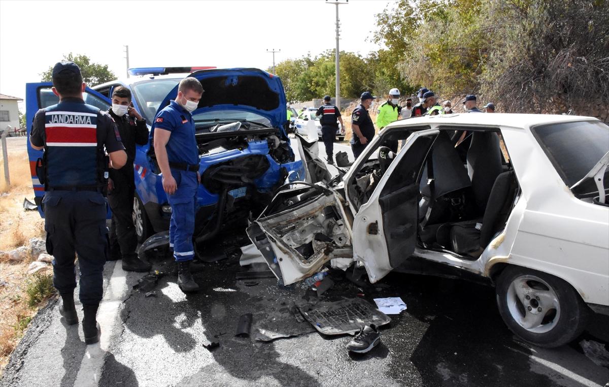 Aksaray'da jandarma aracıyla otomobil çarpıştı: 5 yaralı