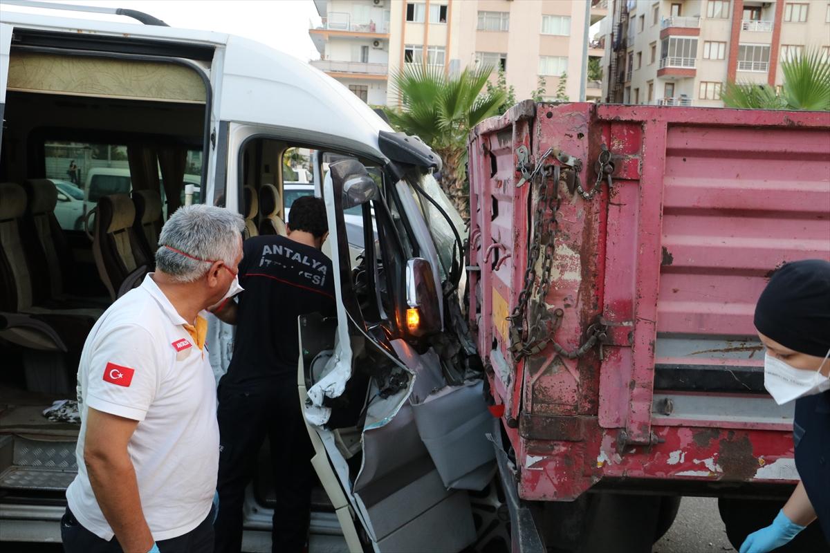 Antalya'da servis minibüsü park halindeki tıra çarptı: 12 yaralı