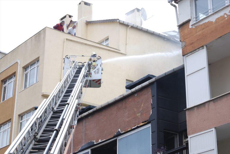 Ataşehir'de 3 katlı iş yerinin çatısı yandı