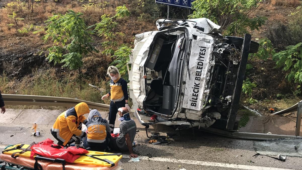 Bilecik'te su kanalına devrilen çöp kamyonundaki 3 kişi yaralandı
