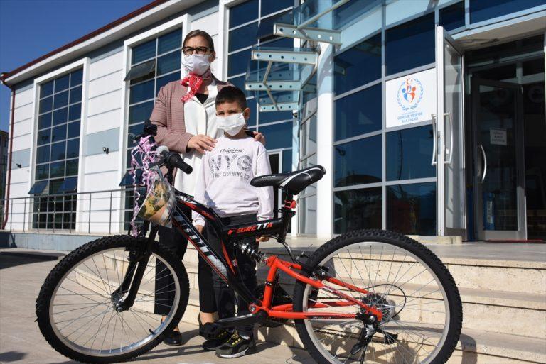 Bisikleti ezilen 6 yaşındaki Utku'ya Bakan Kasapoğlu'dan bisiklet hediyesi