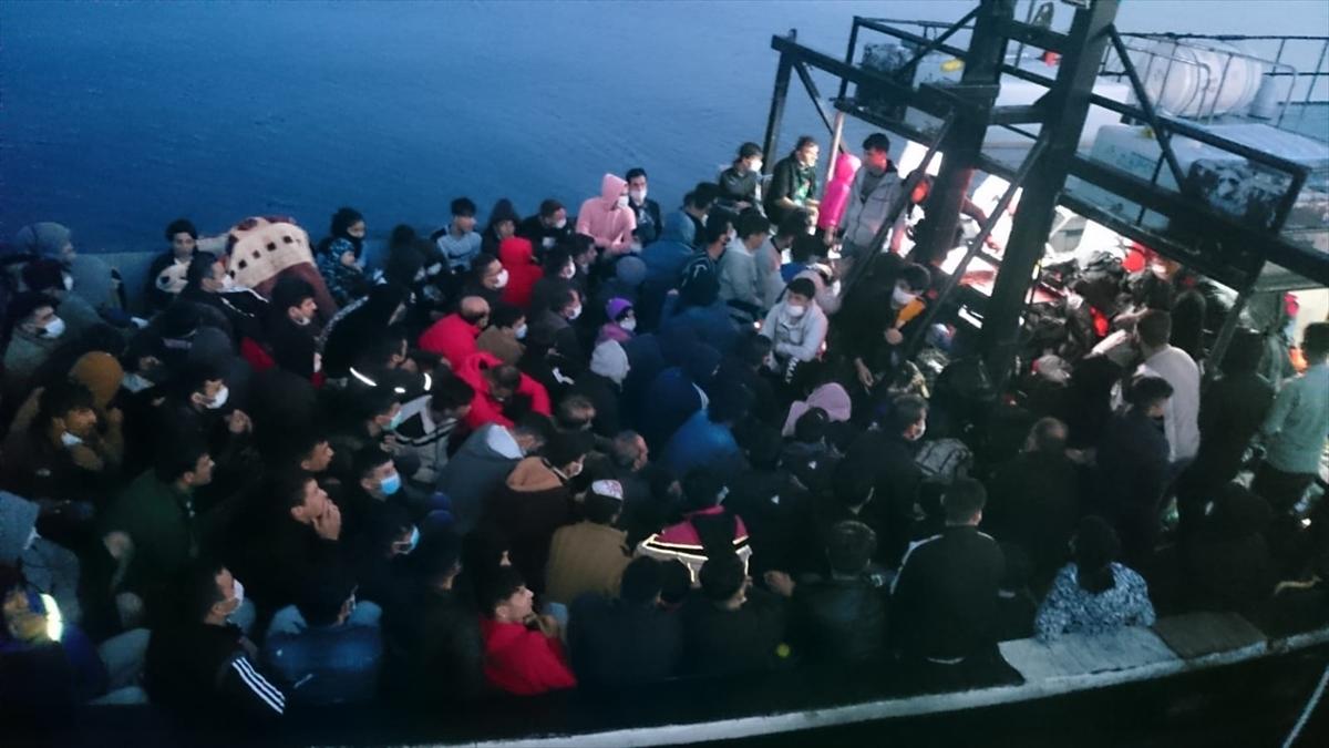 Ege Denizi'nde İtalya'ya gitmeye çalışan 180 kaçak göçmen yakalandı